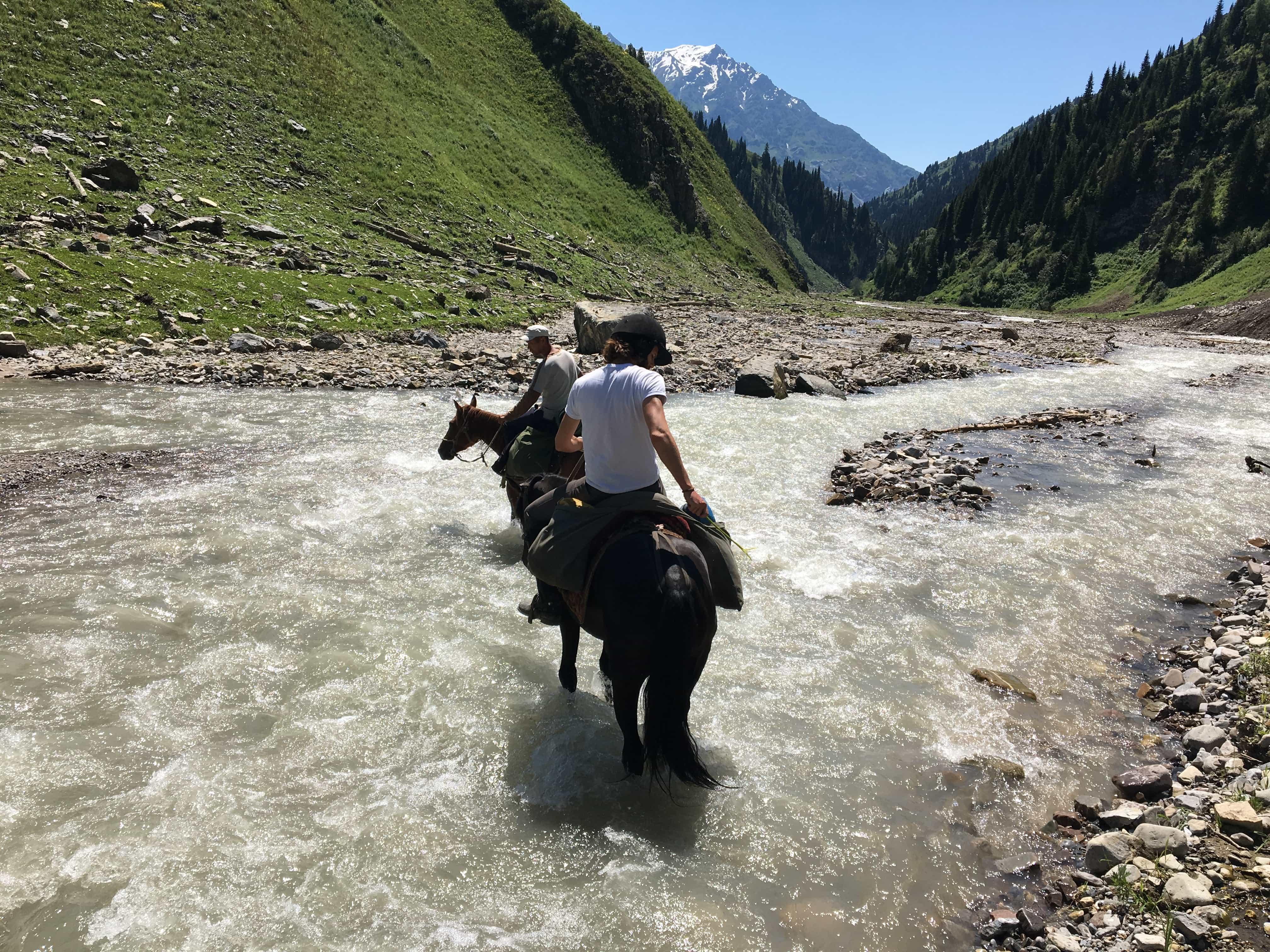 traverser-a-cheval-une-rivière-au-kirghizistan